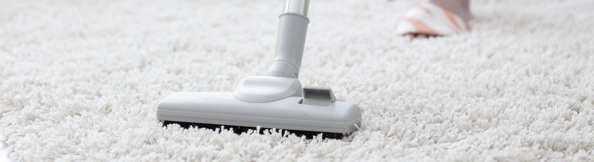 Støvsugning af gulvtæppe